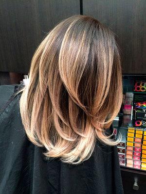 Блонд со стрижкой и переливами на волосах