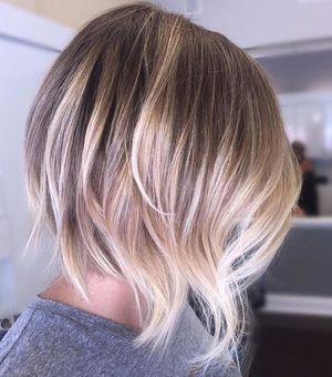 Девушка с окрашенной шевелюрой волос